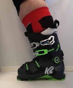 detail chaussures de ski gros mollets dame vue laterale
