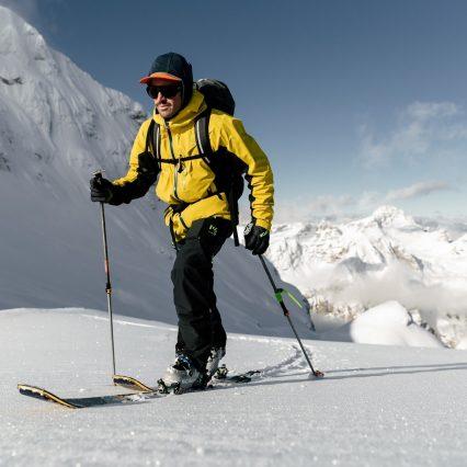 Skieur freerando en ascension