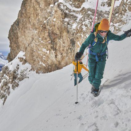 Skieuse randonnée en traversée